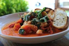 Mariscos y sopa de los tomates Fotografía de archivo