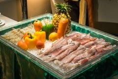 Mariscos y verdura frescos crudos en el cubo de hielo fotografía de archivo
