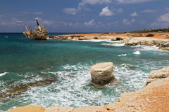 Maritiem landschap - doen mislukken boot, turkooise overzees met golven Stock Fotografie