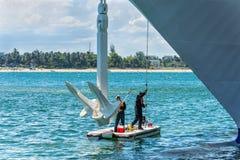 Maritieme arbeiders die het anker en het schip in haven schoonmaken Royalty-vrije Stock Fotografie