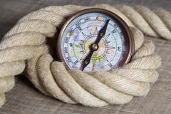 Maritim kompass och rep Arkivbild