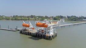 Maritim och frånlands- brygga för säkerhetslivräddningsbåtutbildning stock video