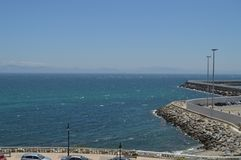 Maritim port med sikter av Afrika på tariffbakgrund Natur arkitektur, historia, gatafotografi Juli 10, 2014 Tarifa royaltyfria bilder