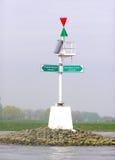 Maritim rikta stolpe i floden Arkivbild