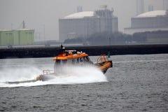 Maritima Pilotsboat som upp väljer en last från Northseaen arkivfoto