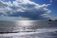 Maritimt och skyscape över havsthunderstorm arkivfoto