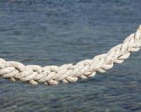 Maritimt vitt rep på bakgrunden av sen royaltyfria bilder
