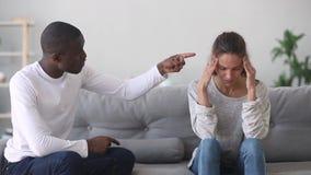 Marito afroamericano di controllo abusivo che grida alla moglie caucasica turbata stock footage