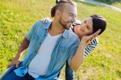 Marito amoroso in sedia a rotelle che segna la sua guancia dei wifes Fotografia Stock Libera da Diritti