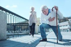 Marito anziano che soffre dall'attacco di cuore immagini stock libere da diritti