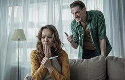 Marito arrabbiato che incolpa della moglie circa la sua gravidanza immagini stock libere da diritti