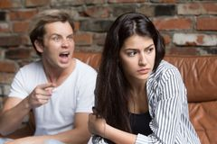 Marito arrabbiato che urla alla moglie che la incolpa del misun di relazione fotografie stock
