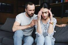 marito che chiede perdono dalla moglie dopo il litigio fotografia stock libera da diritti
