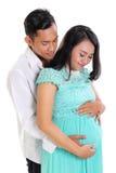 Marito che conforta e che abbraccia la sua moglie incinta immagini stock libere da diritti