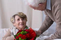 Marito che dà il regalo di anniversario della moglie Immagini Stock Libere da Diritti