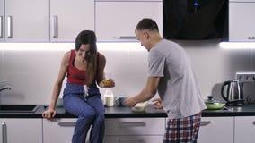 Marito che incita la sua moglie a ridere di mattina stock footage
