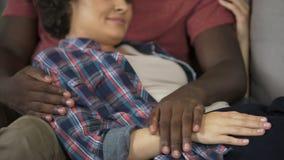 Marito che tocca tenero pancia della sua moglie incinta, famiglia felice, aspettativa archivi video
