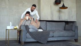 Marito conscio che prende cura della moglie malata video d archivio