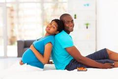 Marito della donna incinta immagini stock libere da diritti