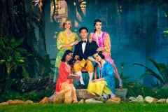 Marito della Tailandia e ritratto dei wifes, vestito tailandese tipico d'uso, Fotografie Stock Libere da Diritti