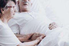 Marito di visita della moglie all'ospedale fotografia stock libera da diritti