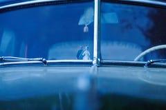 Marito e moglie alle nozze nell'automobile Fotografia Stock Libera da Diritti
