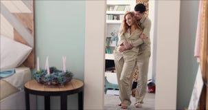 Marito e moglie che abbracciano nella riflessione di specchio stock footage