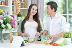 Marito e moglie che cucinano insieme fotografia stock libera da diritti