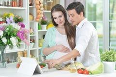 Marito e moglie che cucinano insieme fotografie stock