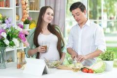 Marito e moglie che cucinano insieme fotografia stock