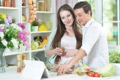 Marito e moglie che cucinano insieme immagini stock libere da diritti