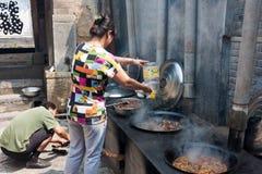 Marito e moglie che cucinano nella casa rurale Immagini Stock Libere da Diritti