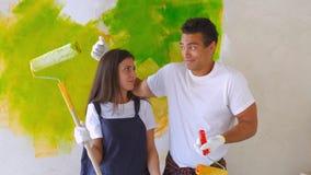 Marito e moglie che fanno rinnovamento a casa video d archivio