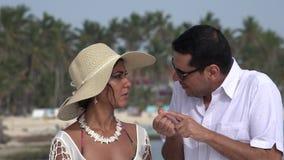 Marito e moglie che parlano sulla vacanza stock footage