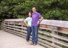Marito e moglie che posano su un ponte di legno in Washington Park Arboretum, Seattle, Washington immagine stock libera da diritti
