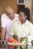 Marito e moglie che preparano insieme un pasto fotografie stock