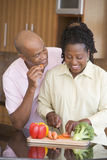 Marito e moglie che preparano insieme un pasto fotografia stock