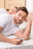 Marito e moglie che si trovano a letto fotografie stock