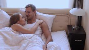 Marito e moglie che si trovano a letto in un abbraccio - Abbraccio letto ...