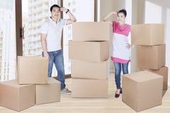 Marito e moglie che stanno con le scatole immagine stock