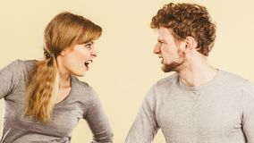 Marito e moglie che urlano e che discutono immagine stock