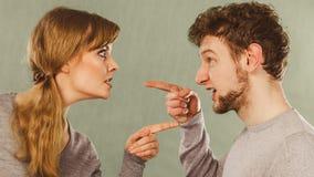 Marito e moglie che urlano e che discutono immagini stock
