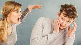Marito e moglie che urlano e che discutono fotografia stock