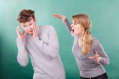 Marito e moglie che urlano e che discutono fotografie stock