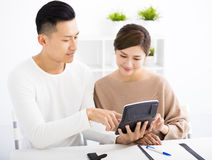 Marito e moglie con il concetto di finanza della famiglia immagine stock