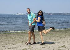 Marito e moglie divertendosi camminata su Alki Beach, Seattle, Washington immagine stock libera da diritti