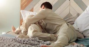 Marito e solletico e risata della moglie di mattina video d archivio