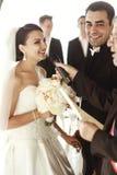Marito felice delle coppie della persona appena sposata e bello brde nell'ambito di nozze a Fotografie Stock Libere da Diritti
