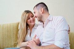 Marito felice e moglie che si siedono nella stanza immagini stock libere da diritti