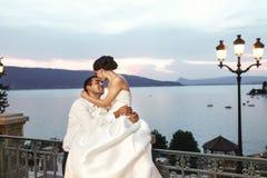 Marito felice e moglie delle coppie che abbracciano al balcone nell'uguagliare vicino Fotografie Stock